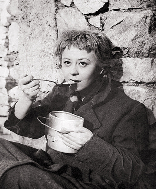 Fellini: La Strada 1954. Kuvassa Gelsomina (Giulietta Masina).