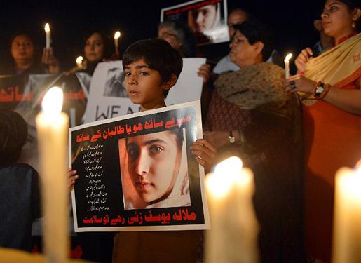 Mielenosoittajat Malala Yousafzain puolesta.