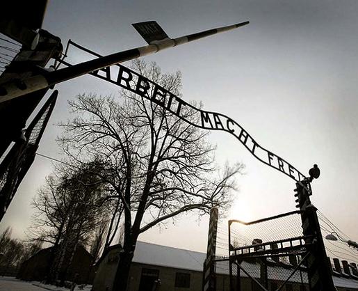 Kuva: Auschwitzin keskitysleirin portti.