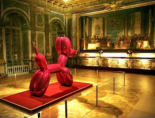 Taiteilija Jeff Koonsin Balloon Dog Versaillesin palatsissa 2008. (Kuva Raphael Gaillarde)