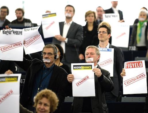 Vihreiden mielenosoitus Viktor Orbánin politiikalle Euroopan parlamentissa. Kuva: www.spiegel.de